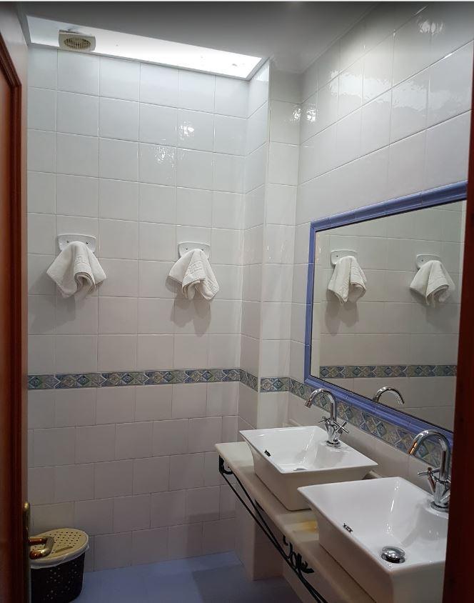 Baño de la habitación del Hotel California